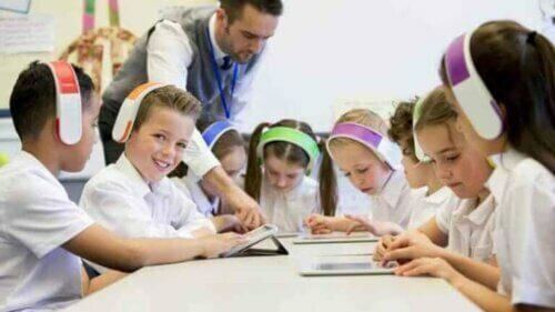 Barn med hodetelefoner