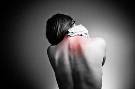 En kvinne med nakkesmerter.