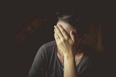 En kvinne med posttraumatisk stresslidelse.