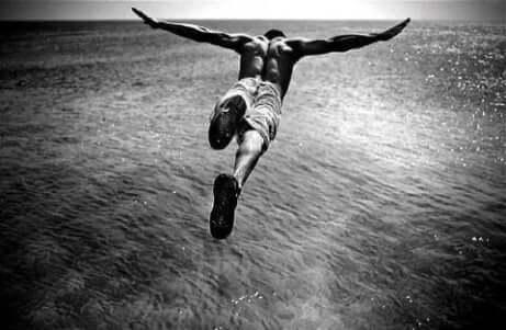 En mann med neofili som stuper ned i havet.