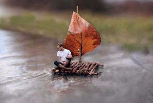 En mann som seiler alene.