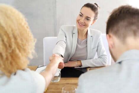 En terapeut som tar en kvinne i hånden