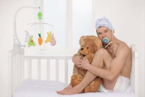 En voksen baby som holder en bjørn.
