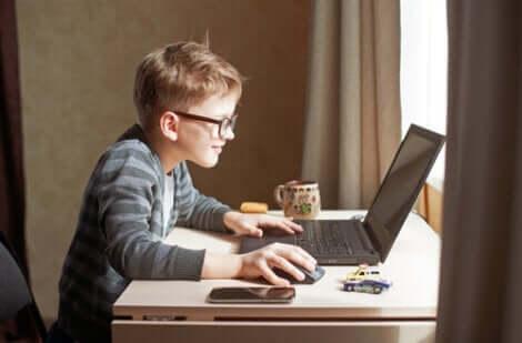 Et barn som leker på en bærbar datamaskin i en verden av digitalisering.