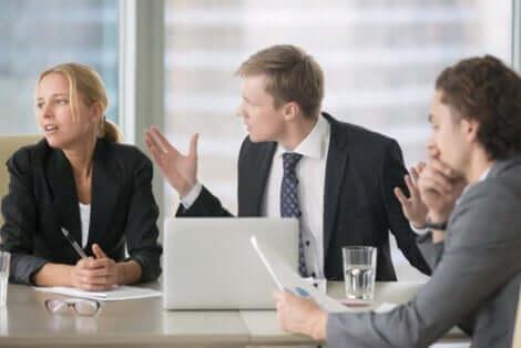 Personer i et jobbmøte.