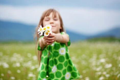 En jente som holder blomster