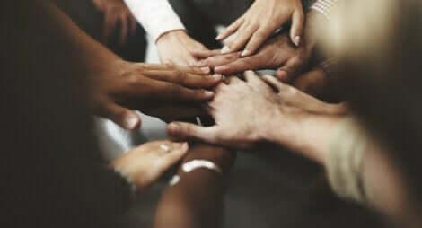 Personer i en sirkel som holder hender