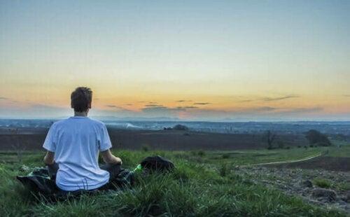 Gutt som mediterer Vipassana meditasjon.