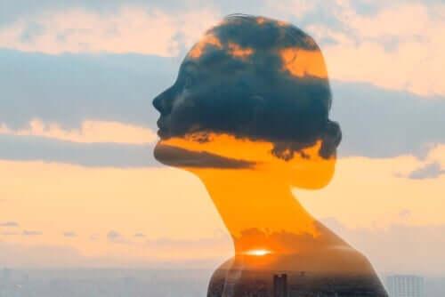 Kvinne i skyene.