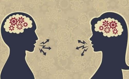 Par som har en god samtale.