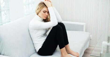 En kvinne med angst på sofaen.