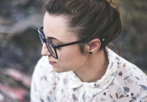 En kvinne med briller.