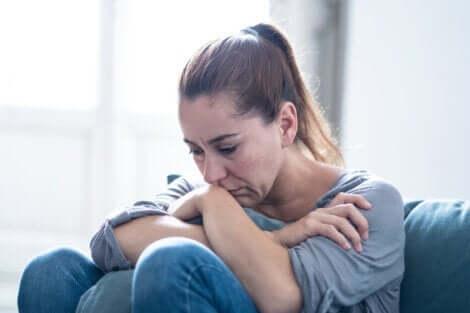 En kvinne med emosjonelle og atferdsmessige endringer etter hjerneslag.