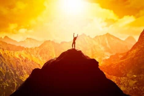 En kvinne på toppen av et fjell.