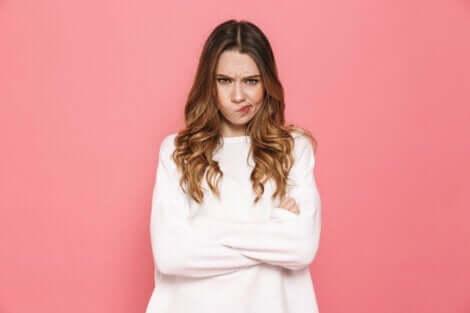 En kvinne som ser irritert ut.