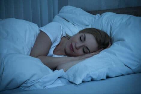 En kvinne som sover om natten.