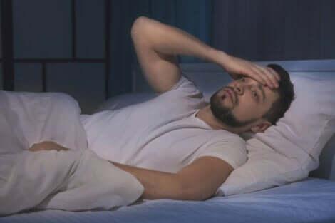 En mann med søvnløshet som sover dårlig.