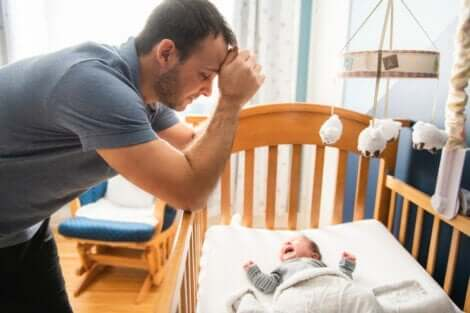 En pappa med en gråtende baby.