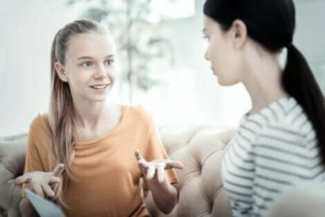 En terapeut som bruker Maudsley-tilnærmingen på en tenåring.