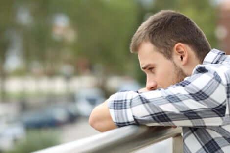 En trist fyr med separasjonsangst fra en intim partner.