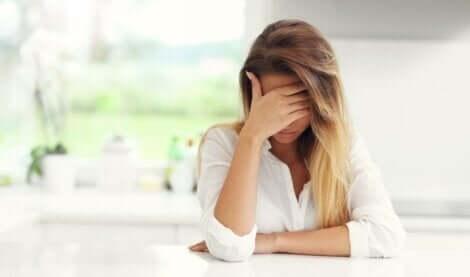 En trist kvinne med foreldre som misbruker henne psykologisk.