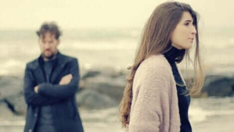 Et par som krangler på stranden.