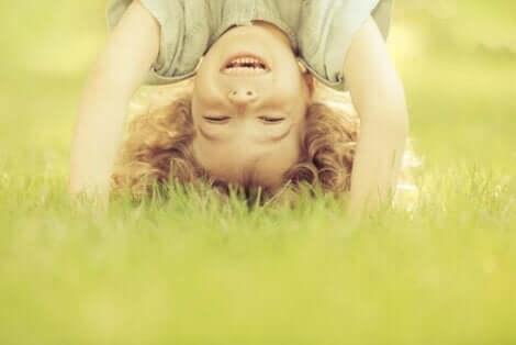 Selvkontroll hos barn er nødvendig for at de senere skal ha god psykologisk helse. På dette bildet, et lykkelig barn.