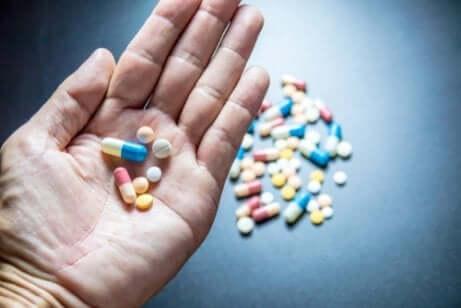 En person som holder piller
