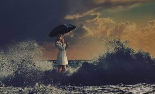 Kvinne i bølgene.