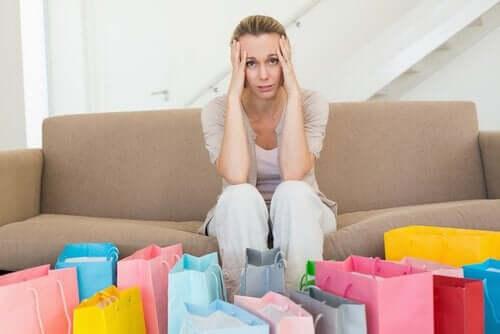 Kvinne med shopping.