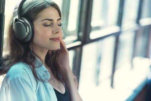 Kvinne som lytter til musikk.