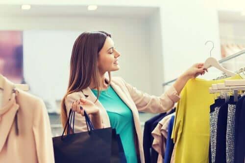 Kvinne som shopper.