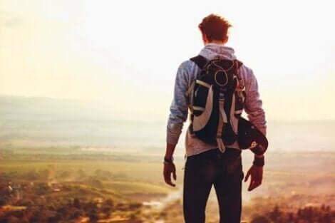 En backpacker på toppen av et fjell.