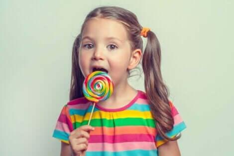 En jente med en slikkepinne.