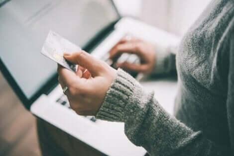 En kvinne som bruker kredittkortet sitt online.