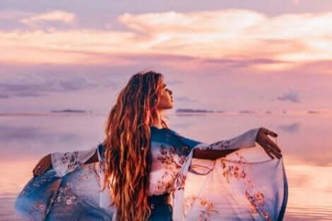 En kvinne ved sjøen.
