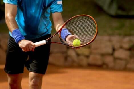 En tennisspiller på banen.