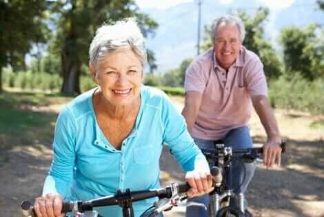 To personer på sykler.