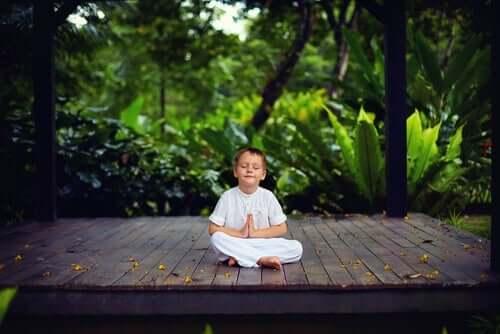 En liten gutt i et viktig rom.