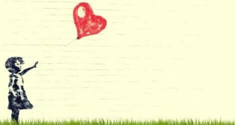 En jente med en hjerteballong