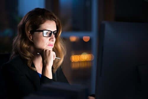 Kvinne foran dataskjermen.