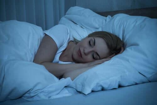 Kvinne som får en god natts søvn.