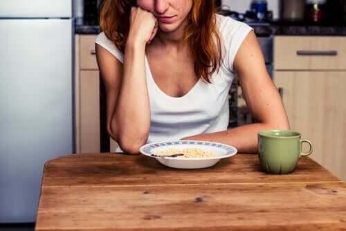 Kvinne som ser på maten.