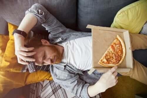 Mann med pizza.