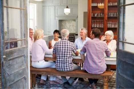 En gruppe mennesker rundt et bord