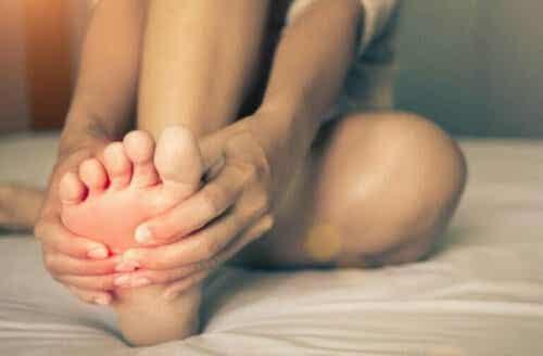 Brennende føtter: Årsaker og symptomer