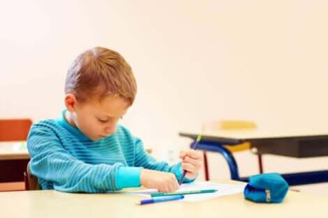 En gutt som tegner.