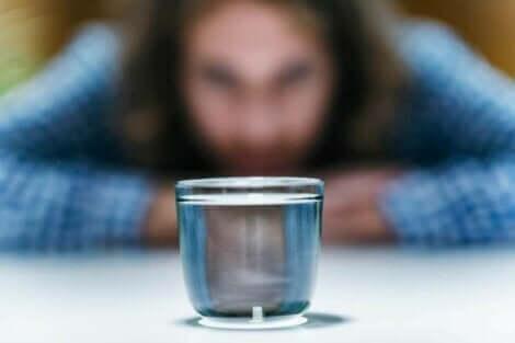 En kvinne foran et glass.