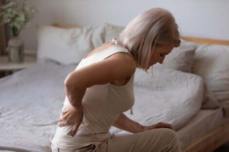 En kvinne med kroniske smerter.