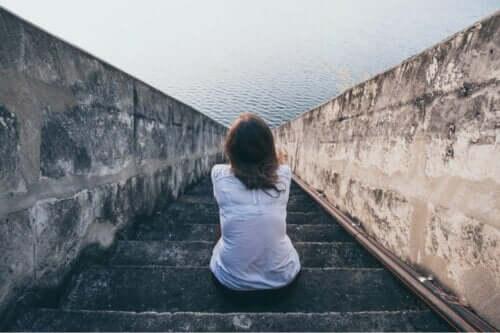 En kvinne som sitter foran havet og lurer på om det finnes mennesker uten følelser.